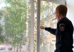 Человек открывает окно