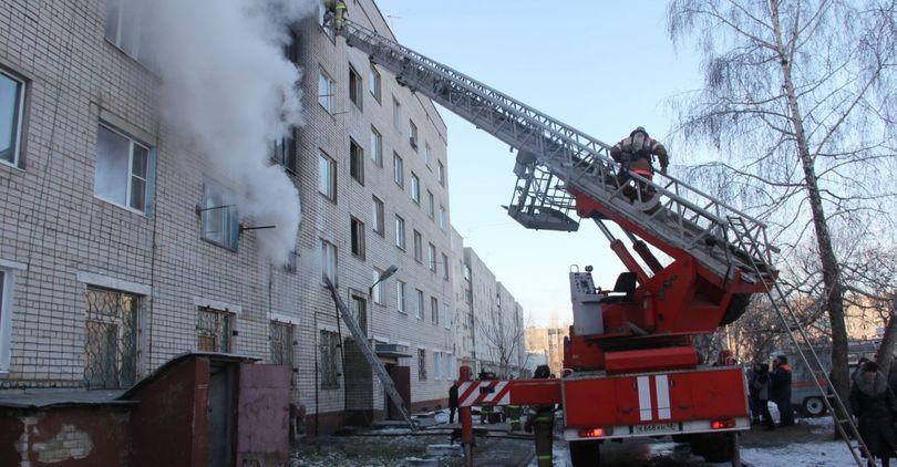 Из горящей квартиры спасли двух человек