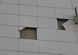 Во Фрунзенском районе на мать с ребенком упал кусок облицовки