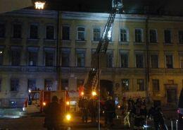 На Боровой всю ночь тушили расселенный дом