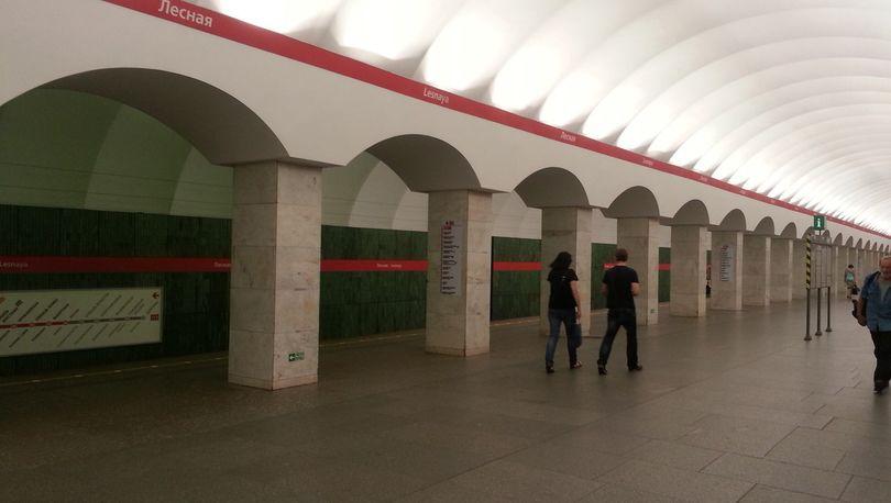 Вестибюль станции метро Лесная