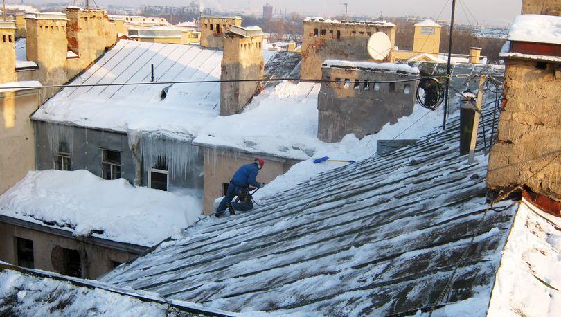 В Петербурге 3647 домов очистили от наледи и сосулек