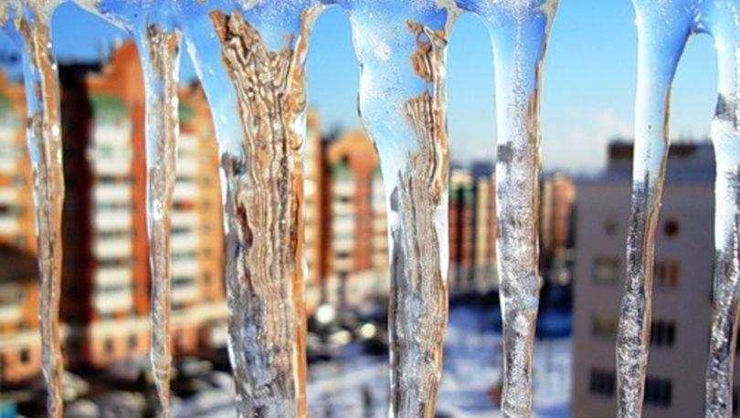 Петербуржцев предупредили об угрозе падения с крыш наледи и сосулек