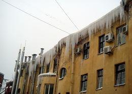В Центральном районе Петербурга дворник пострадал при очистке крыши от наледи