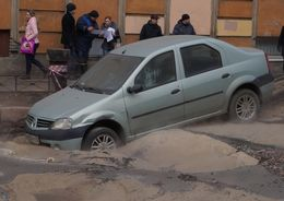 На 13-й Красноармейской улице в яму с кипятком провалилась машина