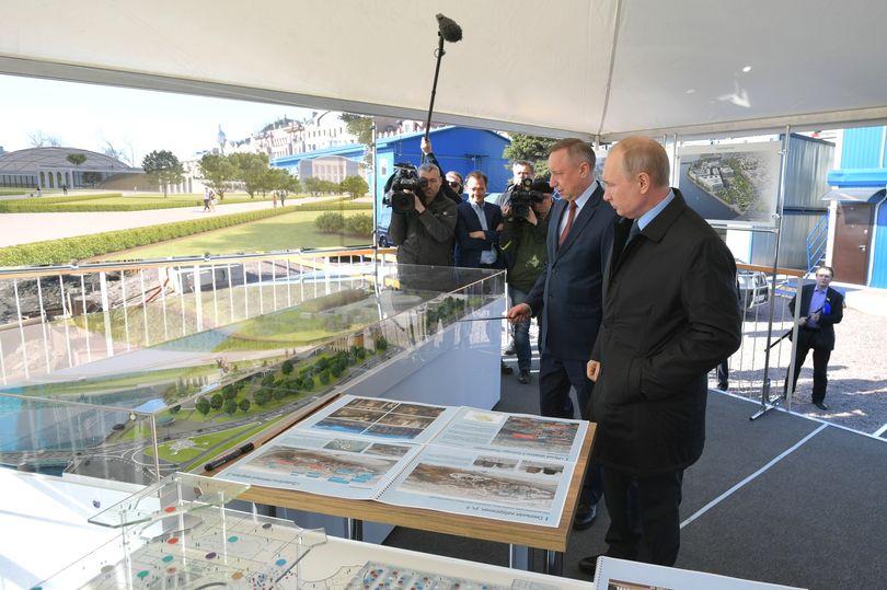 Путин и Беглов смотрят проекты