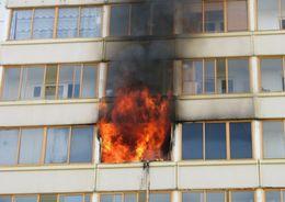 Из горящей квартиры в Выборгском районе спасли человека