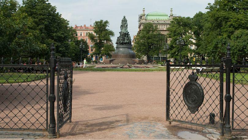 Фрагмент ограды Екатерининского сквера возвращен на место после ремонта