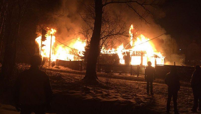 Более 50 пожарных тушили жилой дом на севере Петербурга (видео)