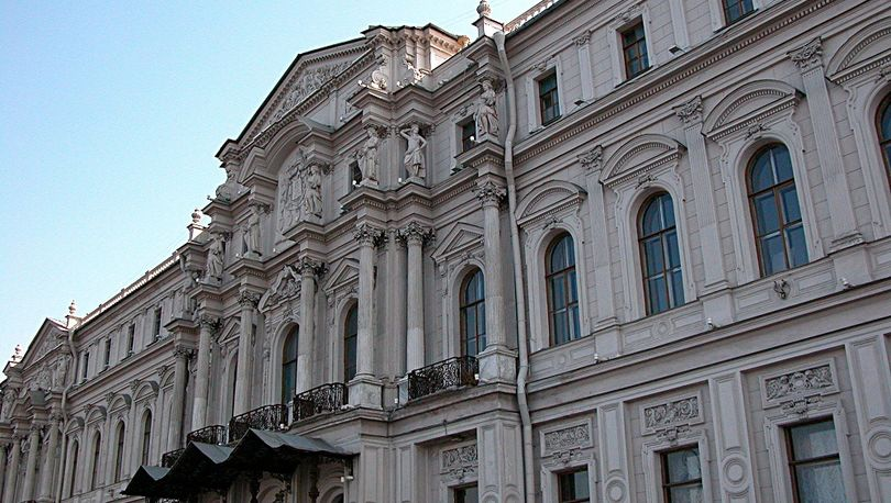 Конкурс на ремонт конюшен Ново-Михайловского дворца приостановлен