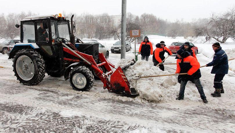 Около 900 машин расчищают петербургские улицы