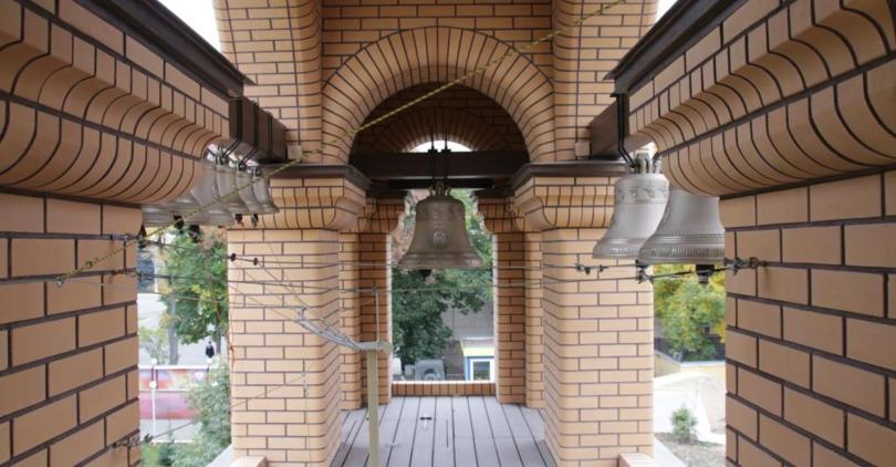 «Строительный трест» построил звонницу на территории храма в честь Димитрия Донского