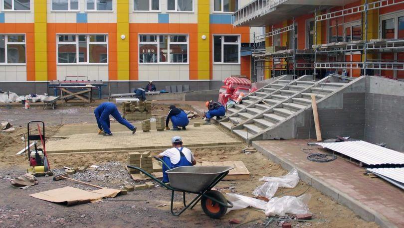 строят школу