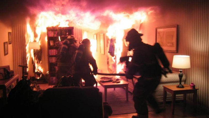 Из горящей квартиры на севере Петербурга спасли двух человек