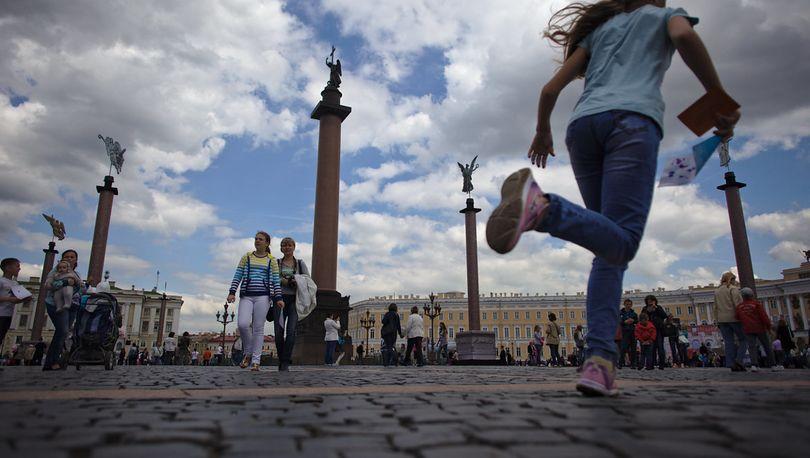 За летний сезон туристы унесли с Дворцовой площади  2 тысячи брусчатых камней