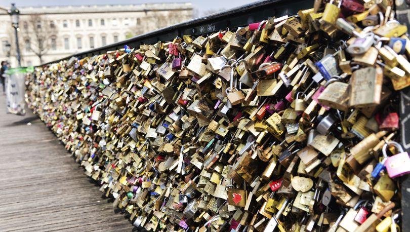В Петербурге борются с практикой вешать замки на перила мостов