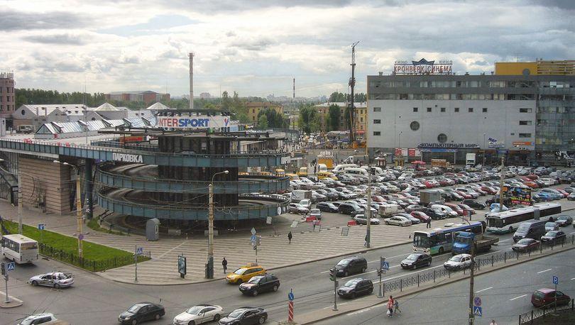 Парковка у метро Ладожская