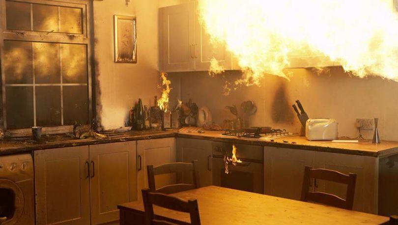 Двадцать человек эвакуировали из-за горящей кухни