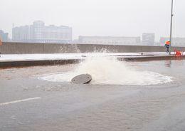 На Смольной набережной из-за прорыва гидранта забил фонтан