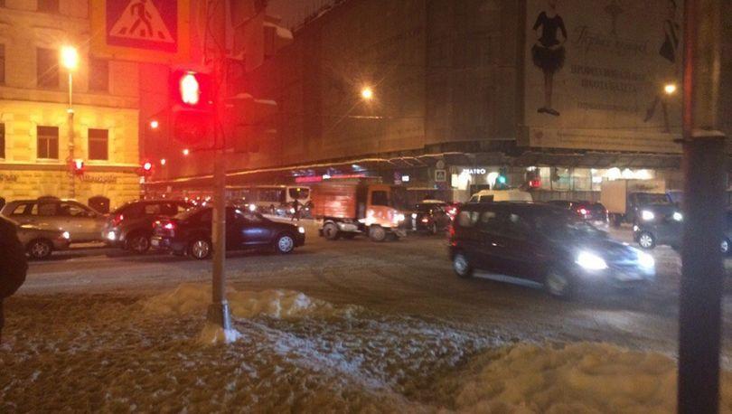 Авария на теплосети спровоцировала транспортный коллапс в Адмиралтейском районе