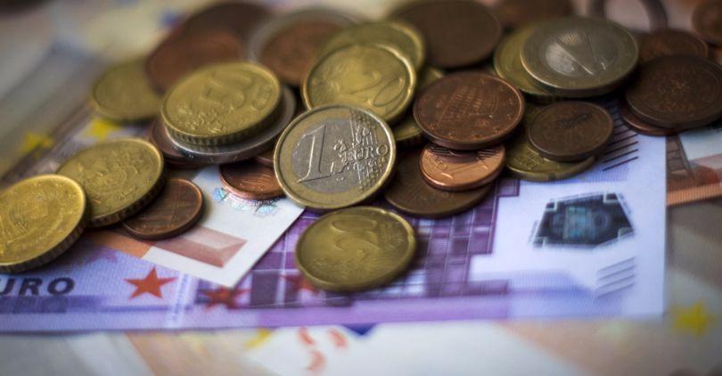 Официальный курс евро вырос на57 копеек