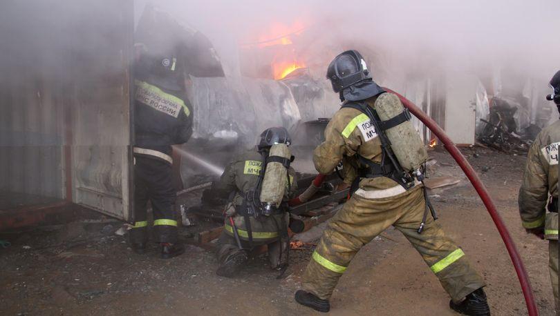 В Красносельском районе горел склад