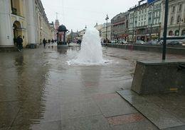На Невском проспекте забил коммунальный фонтан
