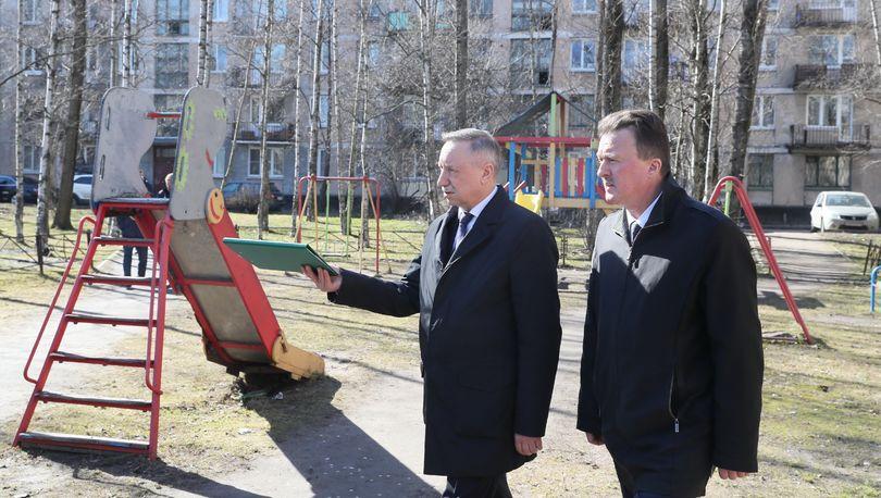 Александр Беглов проверил качество уборки дворов в Московском районе