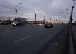 Ремонт трубопровода ограничил движение транспорта под мостом Александра Невского