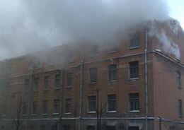 В Адмиралтейском районе в жилом доме горят перекрытия на площади 500 кв. м