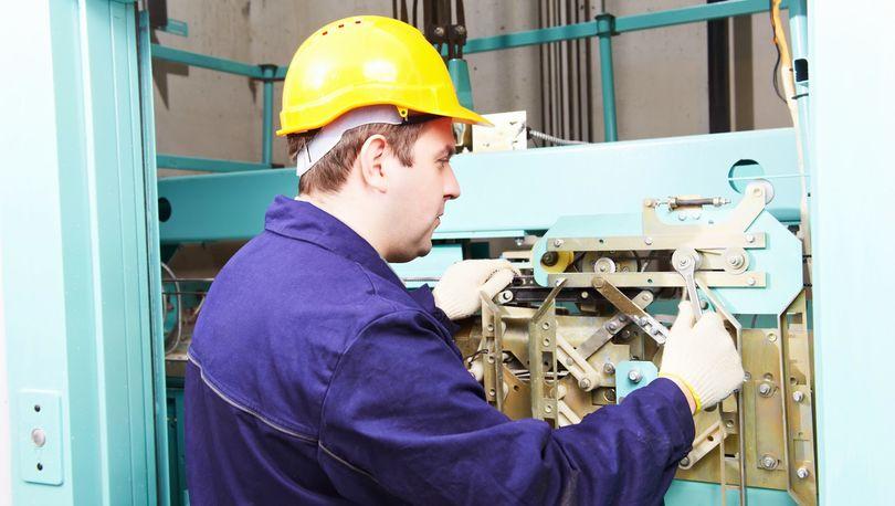 В Петербурге за год отремонтировали более 1, 5 тыс. лифтов