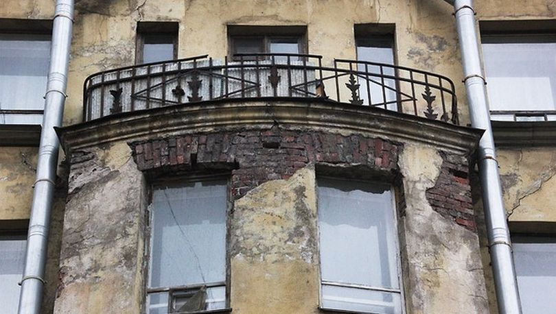 Разрушающийся фасад в Петербурге