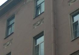 В центре Петербурга обрушилась часть фасада жилого дома