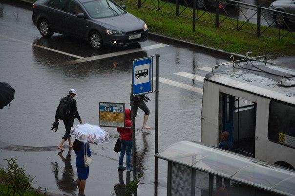 ВКировском районе затопило дорогу угипермаркета